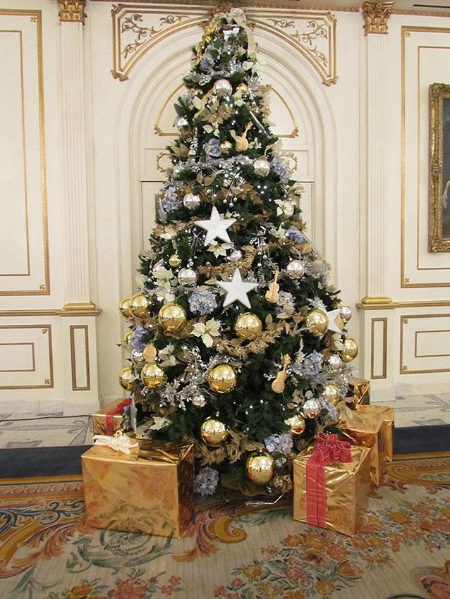 65 christmas tree colour combinations to drool over for Blue gold and white christmas tree