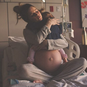 Photo of Mum Hugging Her Daughter Before Giving Birth Goes Viral