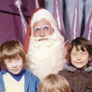 23 Truly Terrifying Santa Photos